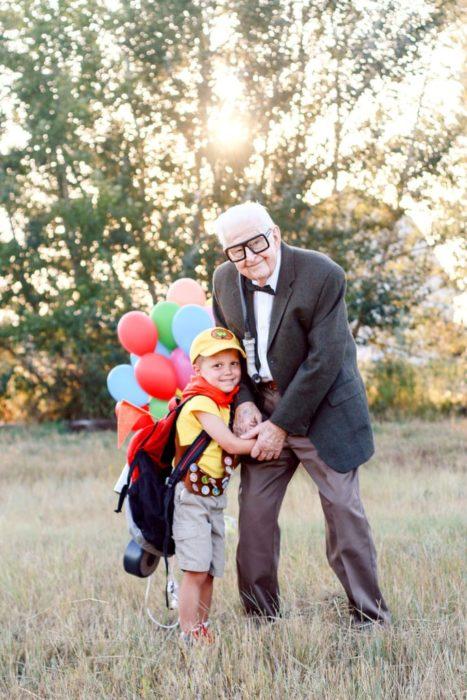 Fotografía de Rachel Perma inspirada en Up, película Disney, niño y abuelo disfrazados con ropa de exploradores, abrazados