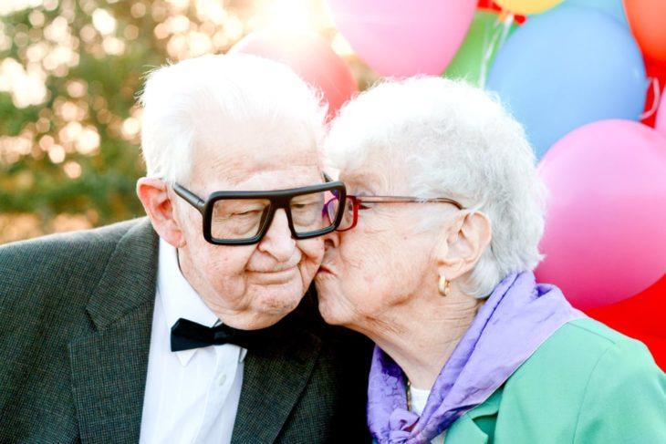 Fotografía de Rachel Perma inspirada en Up, película Disney, abuela besando en la mejilla a su pareja