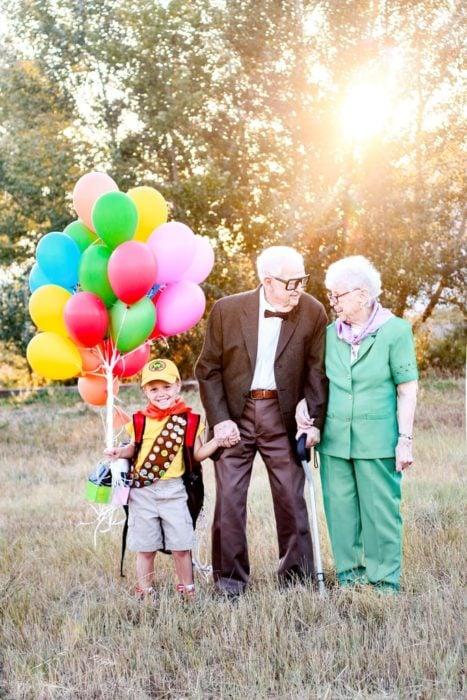 Fotografía de Rachel Perma inspirada en Up, película Disney, pareja de abuelos tomados de la mano mirándose a los ojos