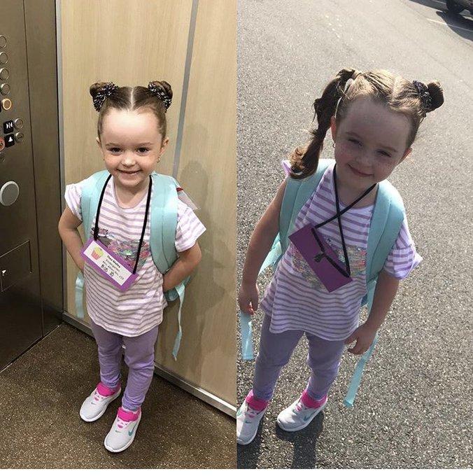 Niña con camisa a rayas, con mochila azul aqua y peinado en buns, siendo fotografiada antes y después de su primer día de clases