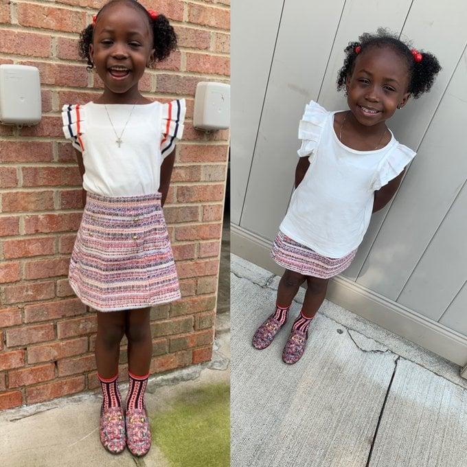 Niña con falda a rayas, peinado de coletas, siendo fotografiada antes y después de su primer día de clases