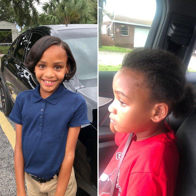 Niña con camisa azul marino y pantalón beige, siendo fotografiada antes y después de su primer día de clases