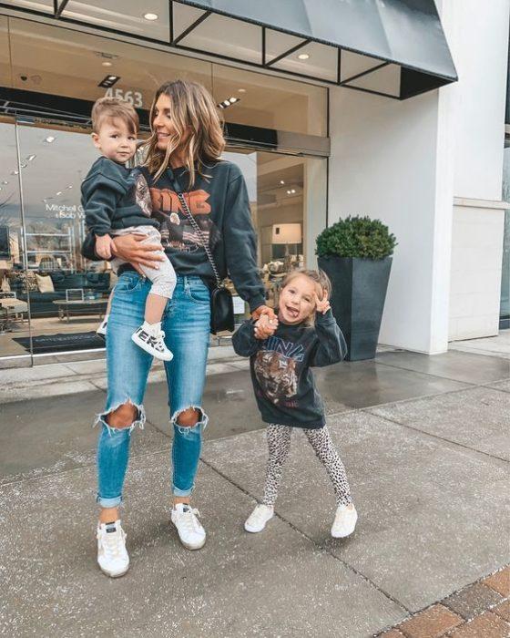 Madre e hijos vistiendo sudaderas grises y jeans de mezclilla azul