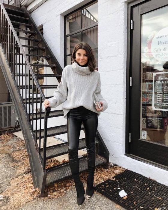 Outfits para otoño; Chica con suéter oversized gris con cuello de tortuga y laggins de cuero