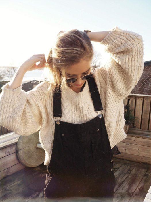Outfits para otoño; chica con overol sobre suéter oversized tejido estilo abuelita
