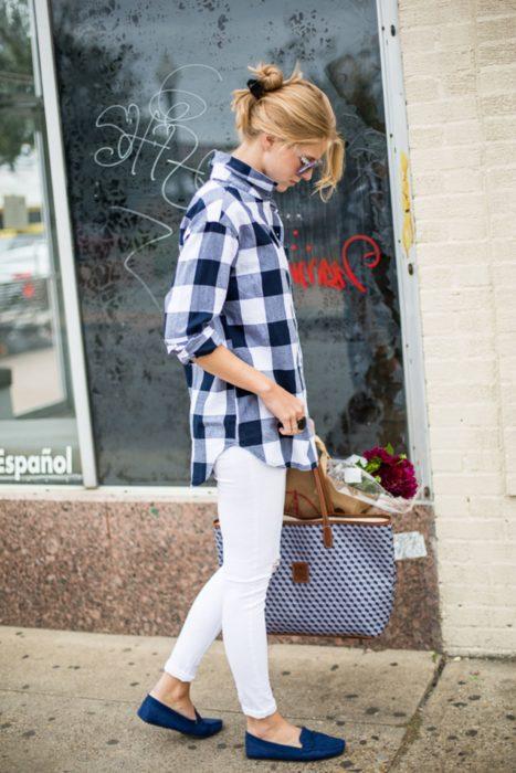 Outfits para otoño; chica con pantalón blanco, blusa a cuadros azules y flats