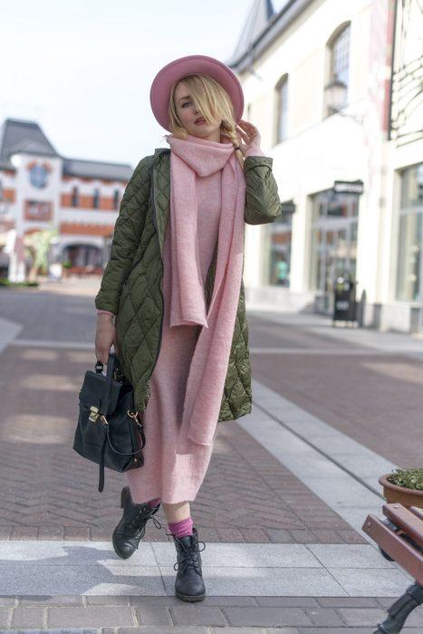 Outfits para otoño; chica caminando en la calle, con sombrero, vestido y bufanda grande rosas, con chamarra verde cocodrilo