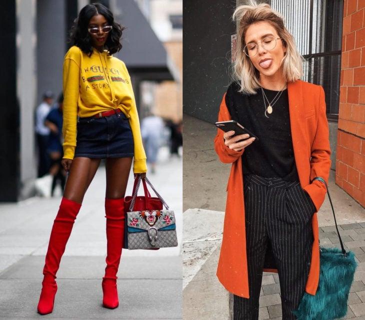 Outfits para otoño; chicas con ropa colorida, sudadera amarilla, minifalda de mezclilla, botas largas rojas, abrigo largo anaranhado, pantalones de vestir rayados y bolsa de peluche