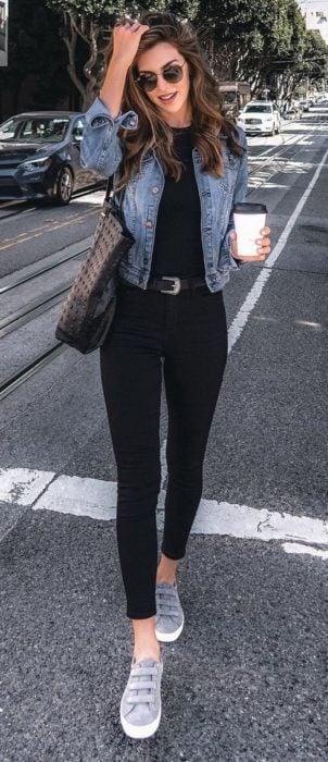 Chica usando pantalón, blusa y chaqueta de mezclilla