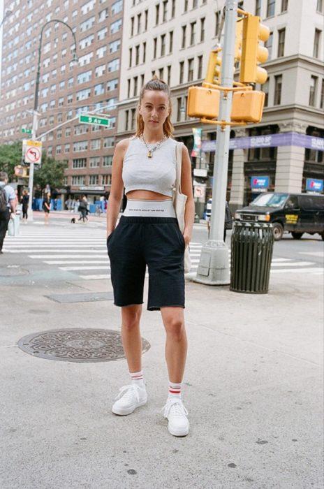 Estudiantes de Parsons y New School muestran sus atuendos para su primer día de clases; chica en la calle con outfit deportivo unisex