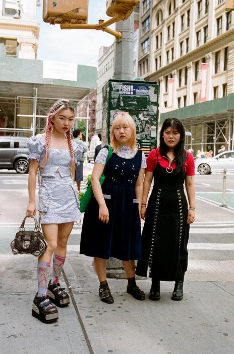 Estudiantes de Parsons y New School muestran sus atuendos para su primer día de clases; tres amigas en la calle vestidas a la moda