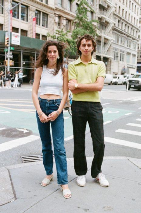 Estudiantes de Parsons y New School muestran sus atuendos para su primer día de clases; pareja vestida retro, pantalones anchos y camisa tipo polo