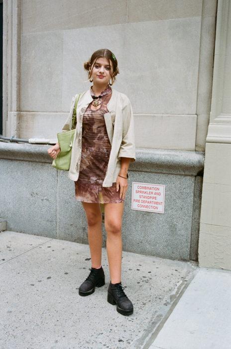 Estudiantes de Parsons y New School muestran sus atuendos para su primer día de clases; chica vestida con ropa vintage y peinado de chongos con arracadas grandes