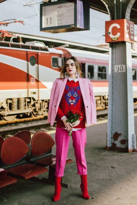 Chica usando un traje de color rosa con un suéter estampado