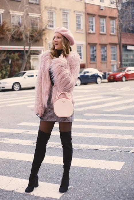 Chica usando un outfit de color gris con un saco de color rosa