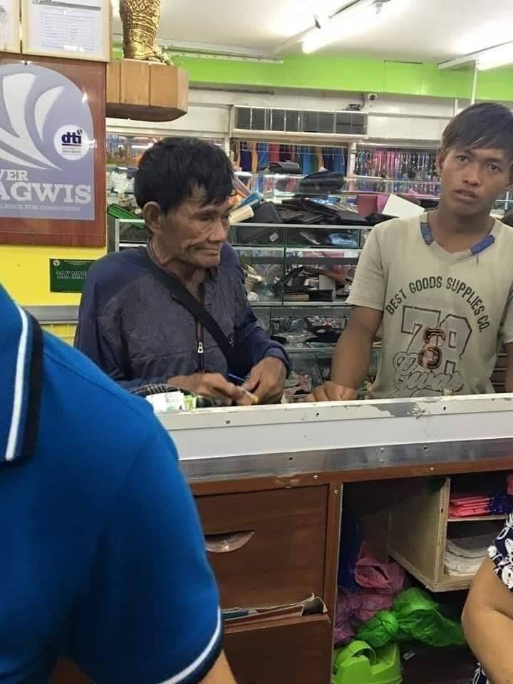 Papá contando monedas para pagar los zapatos de su hijo