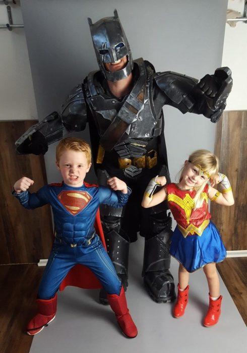 Papá e hijos disfrazados de superhéroes