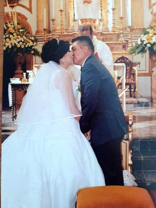 Historia de amor con final triste; chico cuenta cómo fue la vida con su novia; esposos recién casados