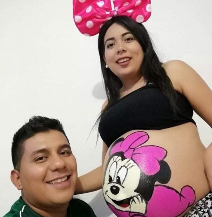 Historia de amor con final triste; chico cuenta cómo fue la vida con su novia; pareja esperando bebé, mujer con Minnie Mouse dibujada en la panza