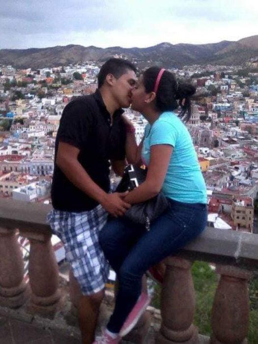 Historia de amor con final triste; chico cuenta cómo fue la vida con su novia; pareja besándose