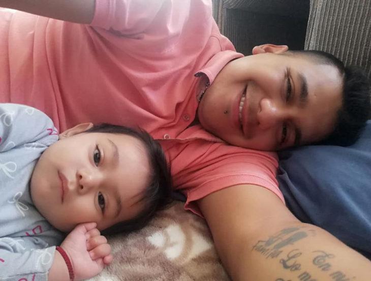Historia de amor con final triste; chico cuenta cómo fue la vida con su novia; papá y su bebé