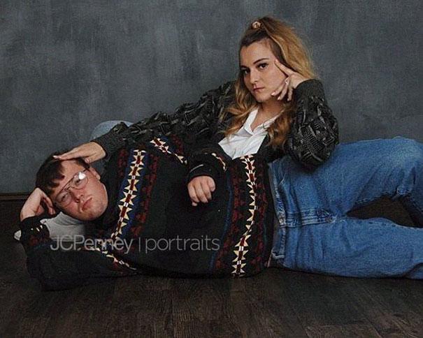 Madison Moxley y Mason Whitis en sesión de fotos de compromiso, usando outfit de los 80, recostados en el piso