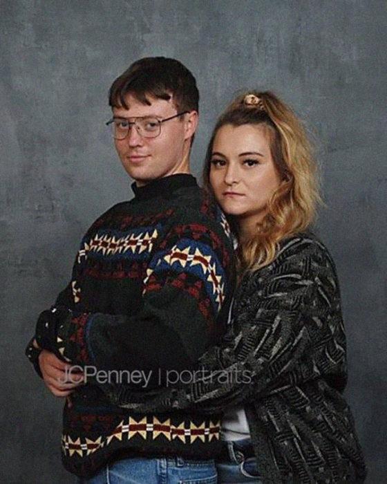 Madison Moxley y Mason Whitis en sesión de fotos de compromiso, usando outfit de los 80, abrazados por la espalda
