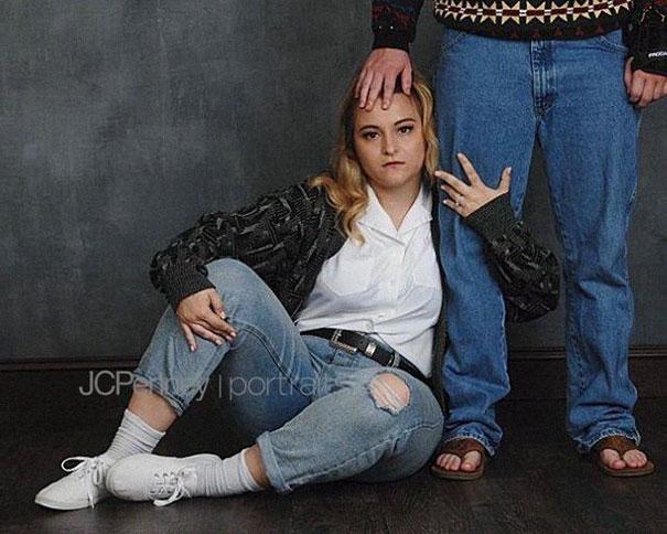 Madison Moxley y Mason Whitis en sesión de fotos de compromiso, usando outfit de los 80, sentados en el piso