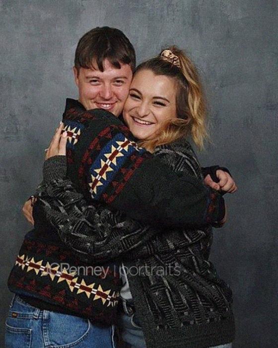 Madison Moxley y Mason Whitis en sesión de fotos de compromiso, usando outfit de los 80, abrazados felizmente