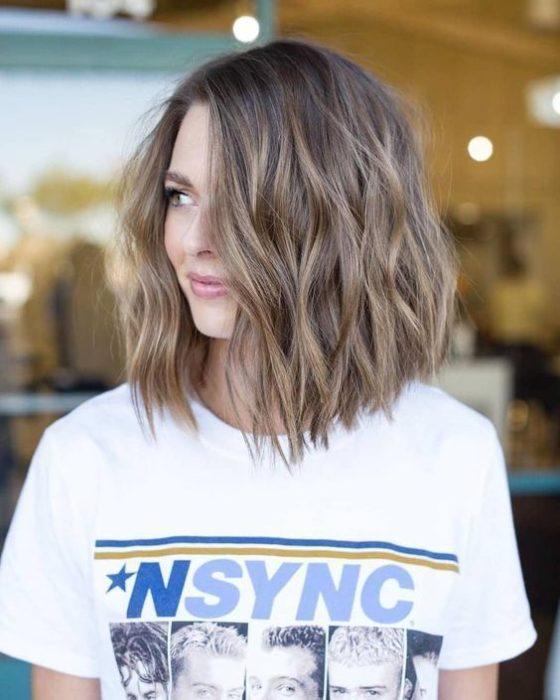 Chica con corte bob peinado en ondas ligeras