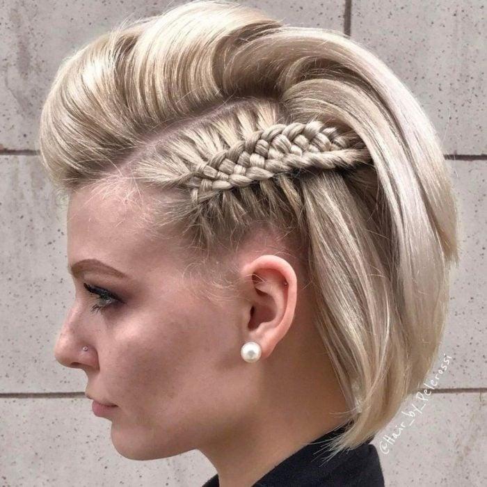 Chica mostrando su peinado a trenzas con cabello en corte bob