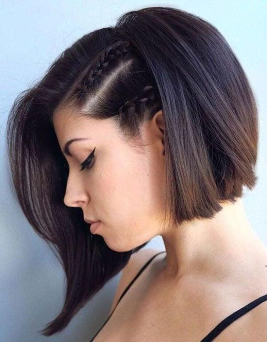Chica de perfil mostrando su corte bob con dos pequeñas trenzas