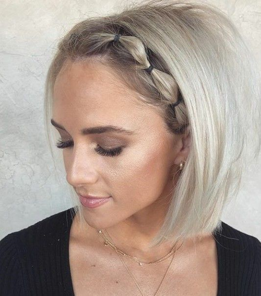 Chica con corte bob, cabello rubio platinado, peinado en coletas pequeñas abombadas