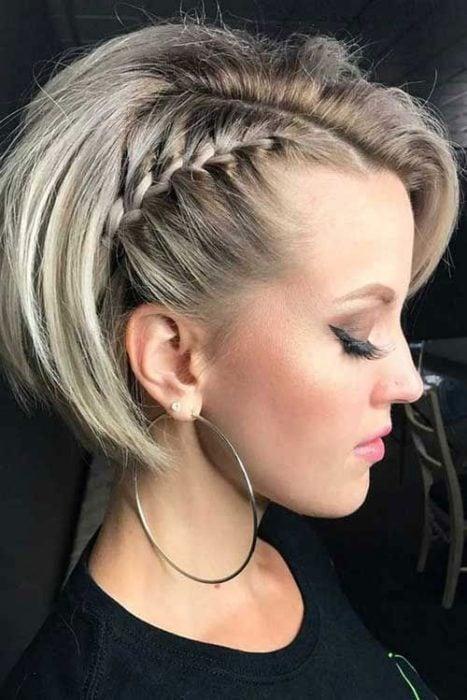 Mujer de perfil con corte bob peinado a trenza lateral
