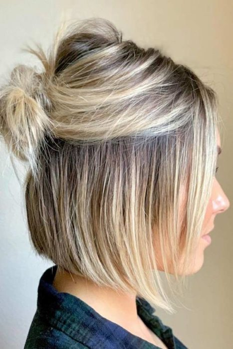 Chica de perfil con corte bob peinado en media coleta