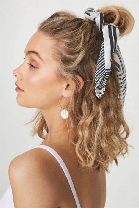 Chica con el cabello corto sujetado con una pañoleta en un chongo