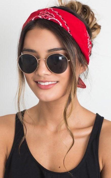 Chica usando una pañoleta de color rojo en su cabello sujetado en un chongo