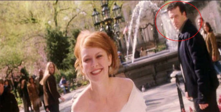 Escena de spiderman Mary Jane corriendo vestida de novia por una plaza