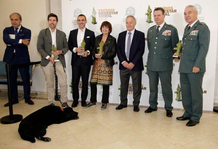Lass y la familia de su dueño cuando le dieron el reconocimiento del Colegio Ofical de Veterinarios de Madrid