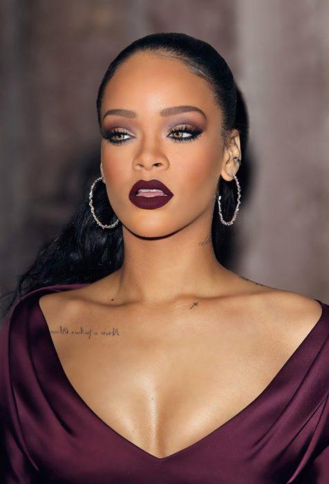 Rihanna con labial color vino