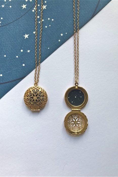Ropa de constelaciones; camafeo dorado con estrellas