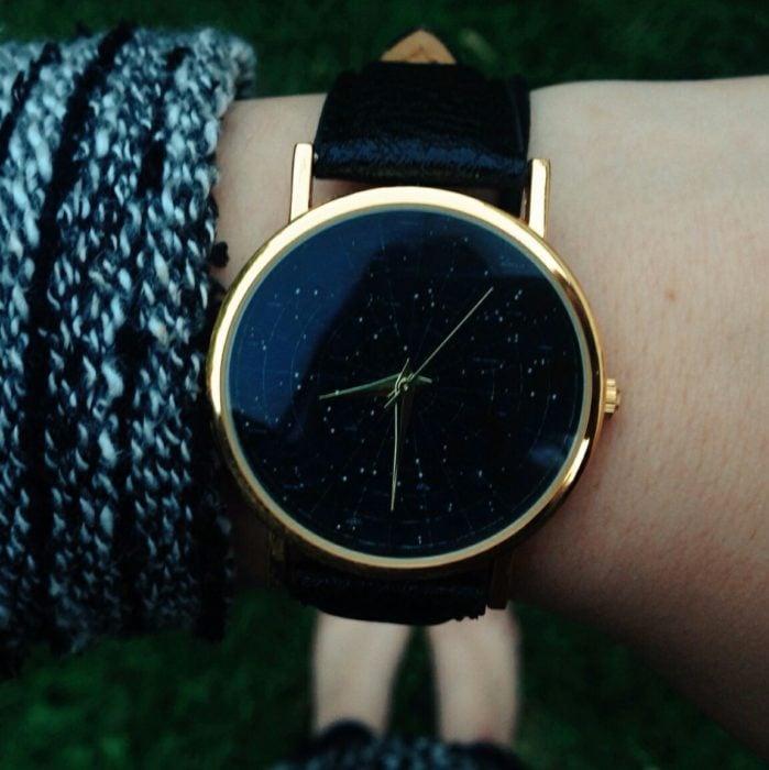 Ropa de constelaciones; reloj de mano con estrellas