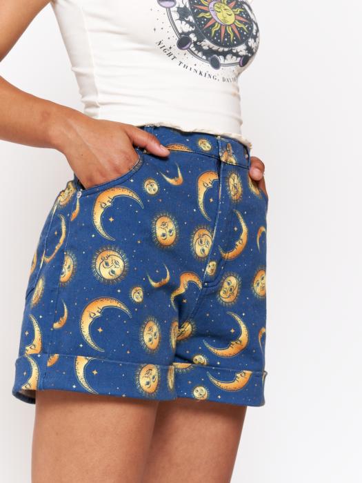 Ropa de constelaciones; short azul claro con lunas, soles y estrellas