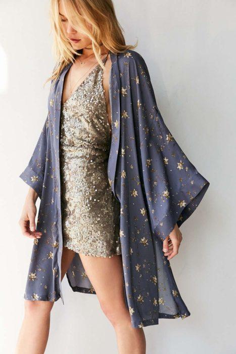 Ropa de constelaciones; kimono azul con estrellas doradas