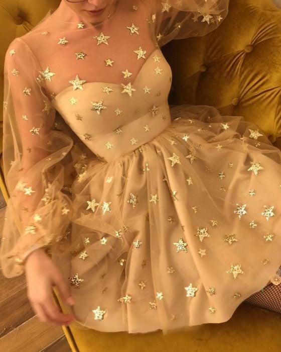 Ropa de constelaciones; vestido de gasa con mangas anchas y estrellas doradas