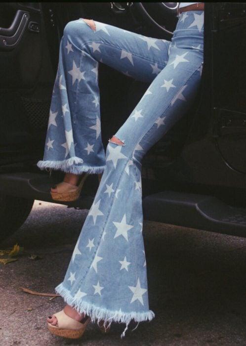 Ropa de constelaciones; pantalón de mezclilla acampanado con estampado de estrellas blancas
