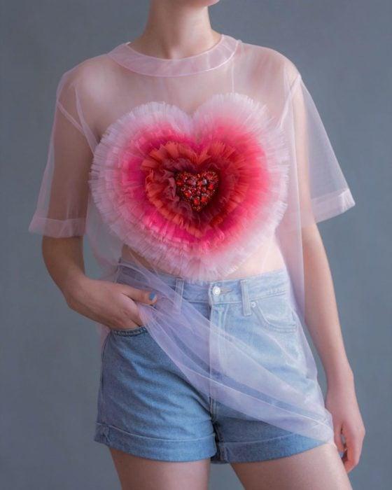 Ropa femenina de Lirika Matoshi; blusa transparente de gasa rosa con corazón hecho de olanes