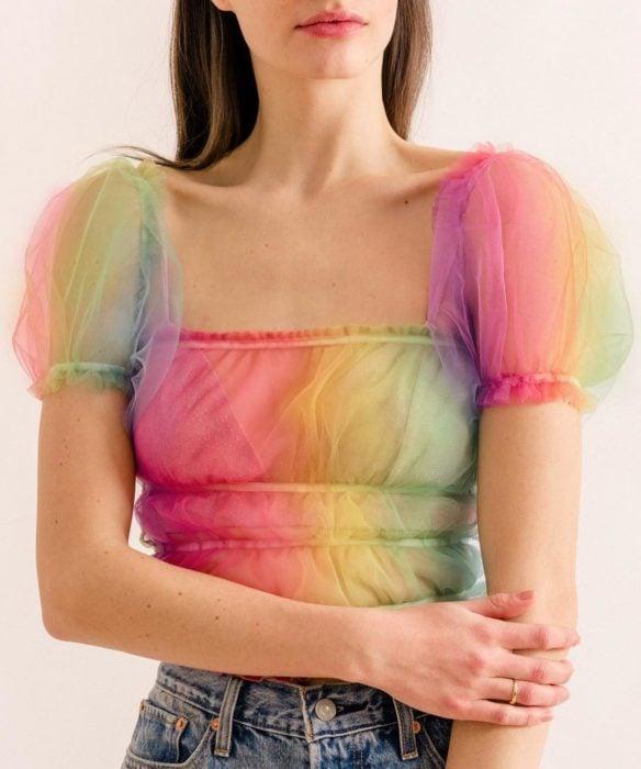 Ropa femenina de Lirika Matoshi; blusa de tela de gasa de colores del arcoíris