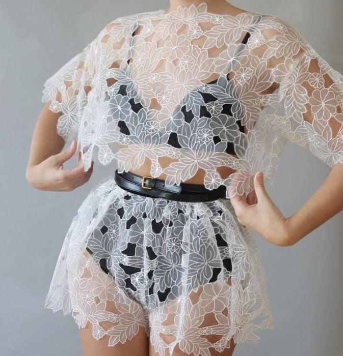 Ropa femenina de Lirika Matoshi; blusa y short de encaje blanco de flores