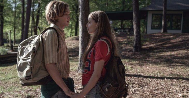 Charlie Plummer y Kristine Froseth en la serie Buscando a Alaska